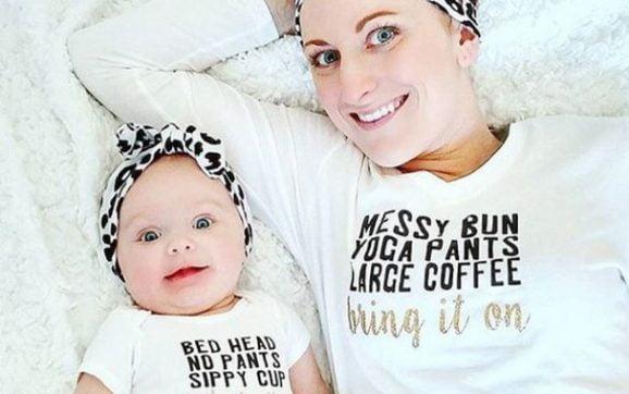 Articole vestimentare pentru mamici si pici din materiale organice sunt de gasit in online la preturi bune